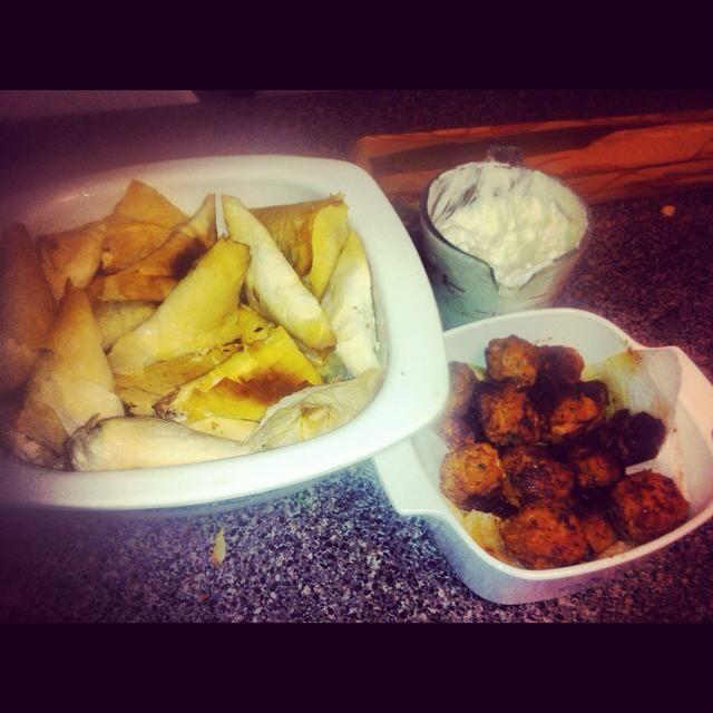 Tzatziki se puede servir con pan de pita caliente. Inténtelo con mis spanakopita o keftedes recetas! ¡Disfrutar! :)