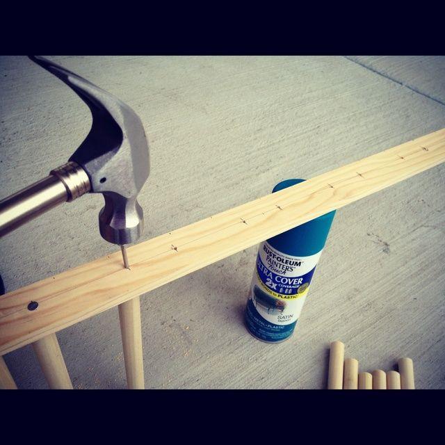 Utilice un martillo para clavar las piezas de varilla al soporte de la espalda. La primera vez que perforó espera en las marcas para asegurar la colocación correcta de las barras y luego comencé a martillazos