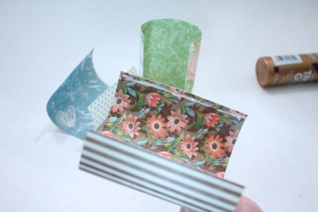 A continuación, agregue una gota de pegamento en un extremo de su papel acurrucada
