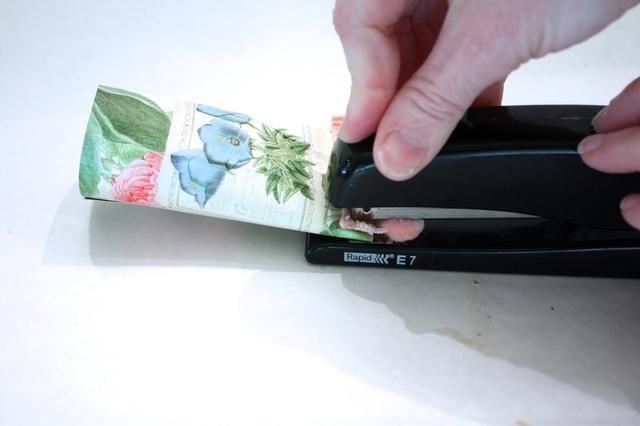 A continuación, coloque tres grapas en la parte inferior. He añadido un pequeño pedazo de pom pom ajuste también. TIP: utilice la grapadora en una superficie plana, se grapas mejor