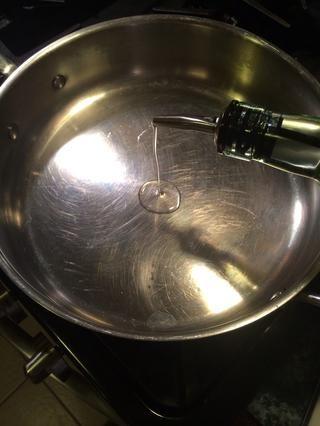 Tomar una sartén ponerlo a fuego medio alto. Vierta aproximadamente 1 cucharada colmada de aceite