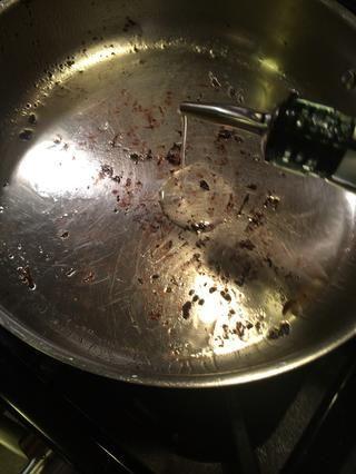 Todas las carnes son cocinados. Vamos a rehogar la cebolla en la misma sartén. Baje el fuego a medio y añadir un poco más de aceite. Cerca de 1 cucharada