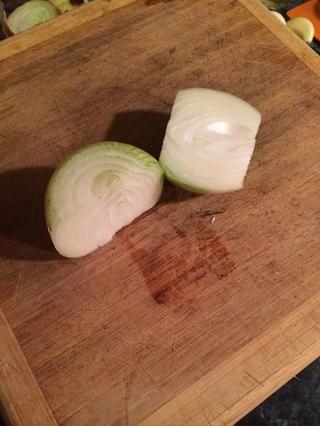 Tome su cebolla y cortar por la mitad