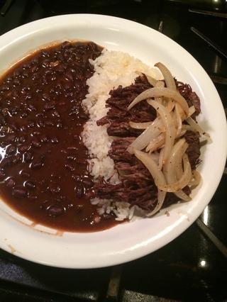 Servir con un poco de arroz blanco y frijoles negros. Yum