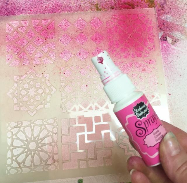 siguiente, he añadido una plantilla con grandes diseños y rociaron con un spray de color rosa oscuro.