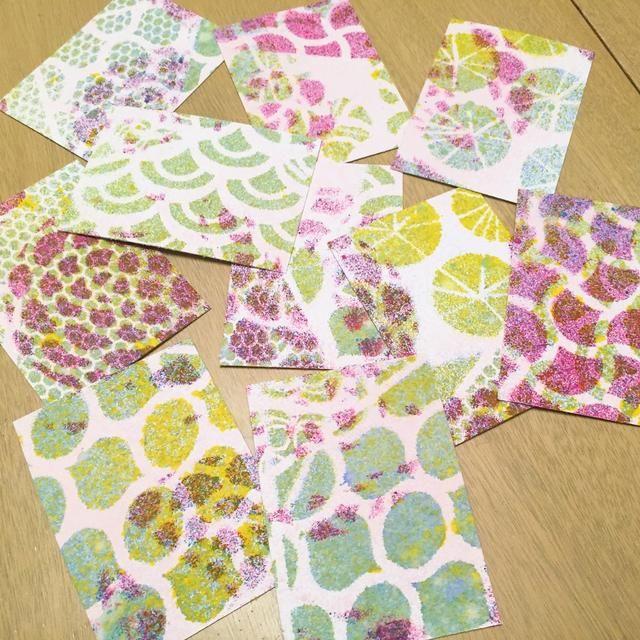 aquí es un conjunto de 10 cartas. se puede ver la gran variedad de modelos y colores en cada una.