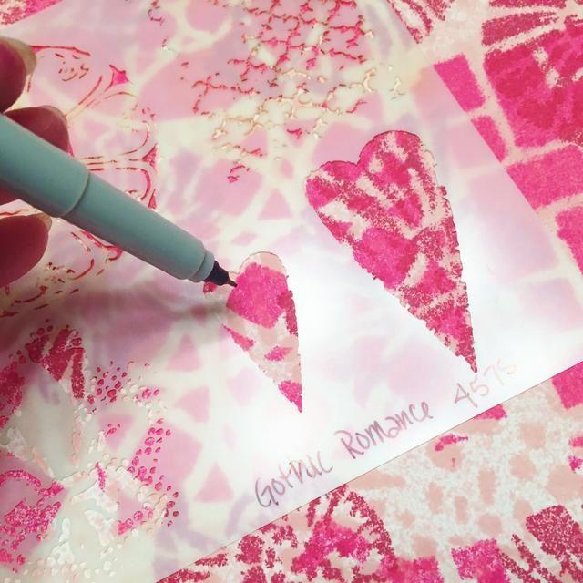 siguiente, yo solía otra plantilla para dibujar los corazones con una fina pluma de punta negro. puede mover la plantilla de alrededor para ver lo que los patrones que te gusta y su colocación.