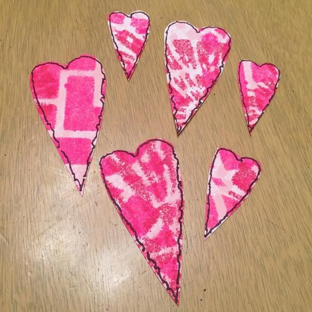 cortar corazones, de nuevo, don't try to cut them out exactly, just leave a little border around the edges.