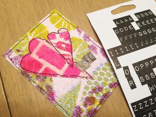 a fin, utilizar pequeñas pegatinas alfa añadir amor o amistad palabras y frases.
