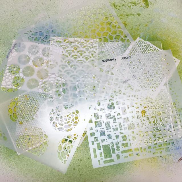 cubrir cartulinas con plantillas que tienen distintos patrones más grandes o más. ello