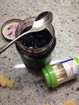 Utilice un palillo de dientes y un poco de mermelada para decorar los agujeros con un poco más