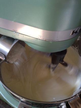Espolvorear con la harina. Raspe los lados por última vez.