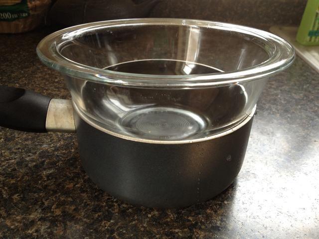 Coloque un recipiente de vidrio por encima de la olla, creando un ajuste apretado. Esta será la forma en que derretir el chocolate sin quemarla.