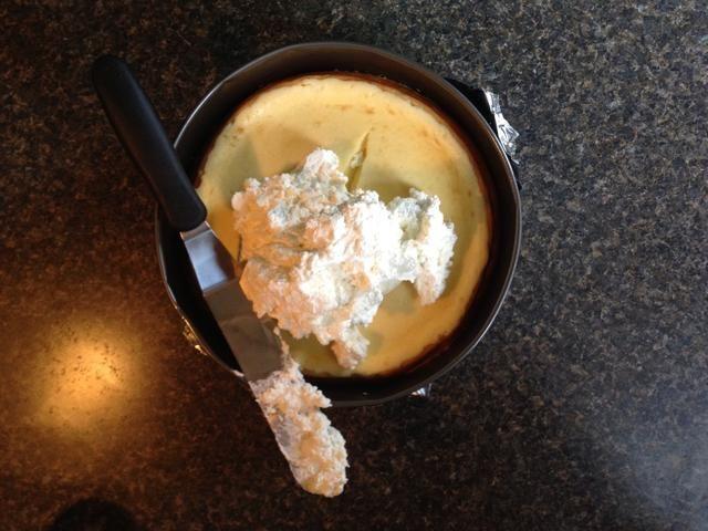 Una vez enfriado, añadir el mousse y suavizar la parte superior de la torta.