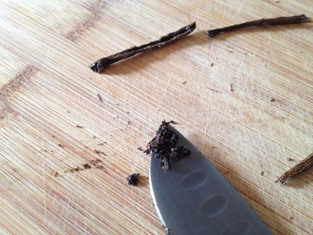 Con su cuchillo, raspar tanto de la carne como sea posible y añadir a la masa.