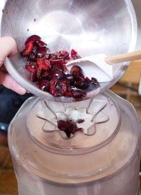 Churn durante unos 20 minutos y luego añadir los trozos de cereza.