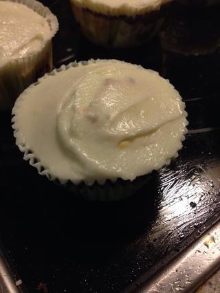 Unte sobre la magdalena o usar una manga pastelera. Si lo desea, usted puede decorar con frambuesas y arándanos para un bizcocho, más blanco, azul y rojo.