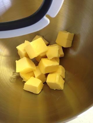 Añadir la mantequilla ablandada picada hasta la mesa de mezclas.