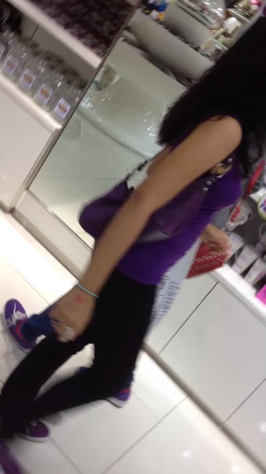 Mientras tanto, disfrutar de un video de mis amigos a bailar en público en una tienda de dulces. O no. ?????? ✌