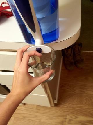 Obtener un poco de agua fría - lo suficiente para disolver la gelatina.