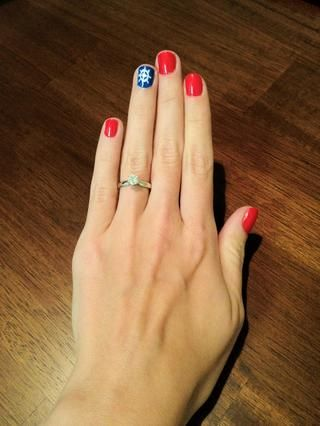 Mira otros snapguides y decide're finally going to try out this nautical nail trend.