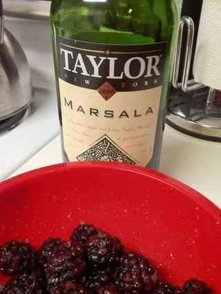Oh! Idea brillante - hacer sus bayas de borrachera. Utilice su vino favorito. He añadido unos 1,5 cdta. Esto es totalmente opcional! Aún perfecta simplemente con azúcar.
