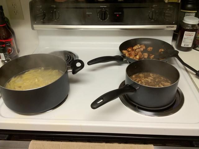 Aaand hacer la cena! Pollo pastas Marsala. Esta es otra guía para otro momento.
