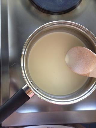 Póngalo en la estufa y calentar hasta justo antes de la ebullición. Pequeñas burbujas vendrán por el lado y luego'll know it's done. While waiting for it to boil, prepare the gelatin according to the box.