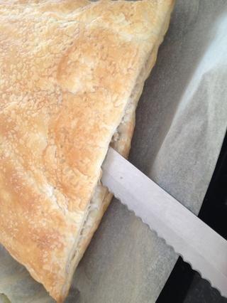 Ahora, utilizando un cuchillo afilado cortar cada pieza de masa por la mitad por el corte en los bordes.