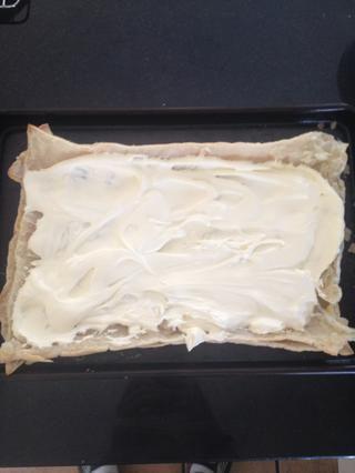 Ahora empuje la siguiente capa en la parte superior de la capa de crema pastelera que acaba de hacer con el lado cortado hacia arriba de nuevo. Esta vez extendió la crema en toda la capa.