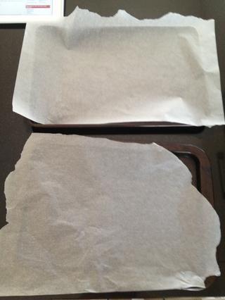 Ahora más o menos la línea dos bandejas de horno plana con papel de hornear.