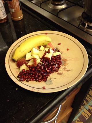 Estoy usando la granada, manzana y plátano. Deseed la granada y trocea la manzana y plátano.