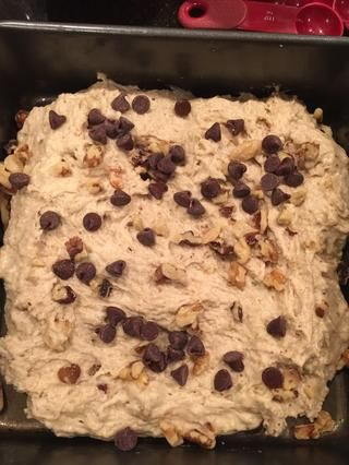 Agregue los ingredientes que'd like, I added chocolate chips and the remaining 1/2 cup of walnuts.