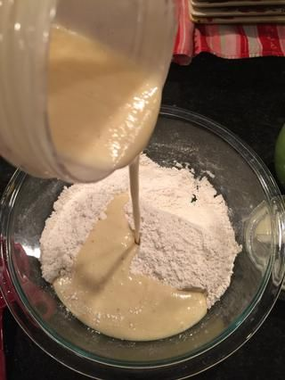 A continuación, mezclar y añadir 1/2 taza de nueces. (¿Ha olvidado para obtener la imagen de nueces añadidas)