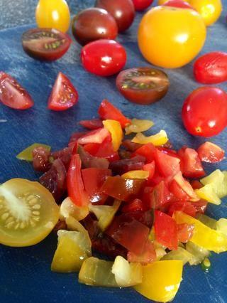 Quite las semillas interiores de los tomates antes de cortar.