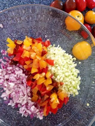 Coloque en un tazón grande con jugo de limón y pimienta molida al gusto.