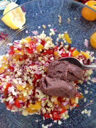Añadir dos cucharadas colmadas de humus de frijol negro. Cualquier otro hummus o mayonesa vegetariana pueden ser utilizados.
