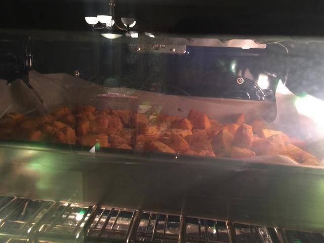 Coloque la bandeja en el horno durante 40 minutos hasta que estén tostados y tierna.