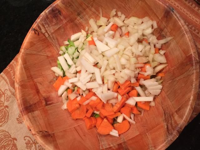 El apio, cebolla, zanahoria, nabo y nabos.