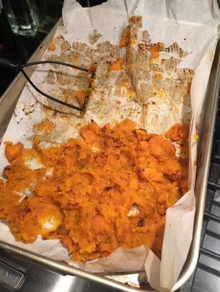 Después de 40 minutos sacar la mantequilla no aplastar's from the oven and mash.