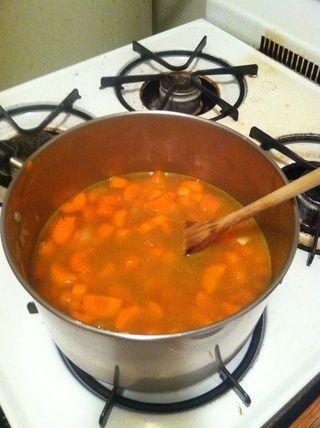 Agregar el cilantro y las zanahorias en cubitos. Añadir el caldo de verduras, reduzca el fuego y cocine a fuego lento la mezcla hasta que las zanahorias estén completamente suavizaron, ~ 30 minutos. Retirar del fuego y dejar enfriar durante 20 minutos.