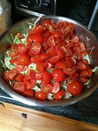 Combine los tomates cilantro, jalapeño, repollo y tomates cherry en un bol.