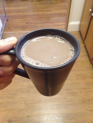 Sirva su chocolate caliente en una taza o dos y añadir cualquier coberturas quieres. Personalmente me gusta la mía como es. Esto tiene un delicioso sabor rico, el chocolate negro con un toque de dulzura. ¡Disfrutar!