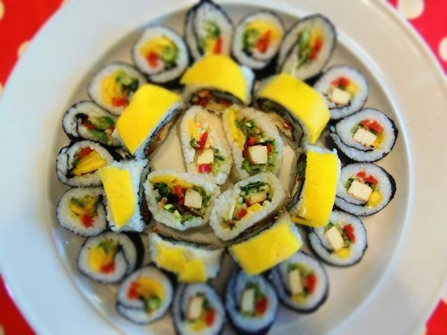 Cortar los rollos y servir en un plato / Couper les rouleaux et servir.
