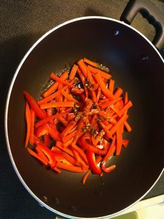 Mezcle en pimiento rojo y la zanahoria con un poco de la mezcla una vez que se calienta el aceite.