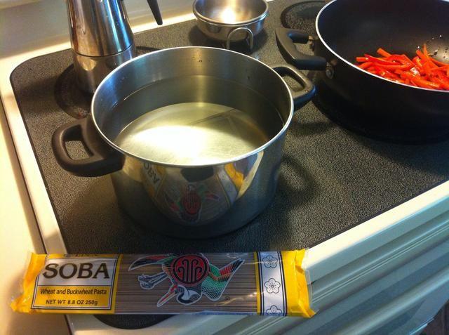 Mientras que las verduras se cocinan. Empieza a calentar una olla de agua para sus fideos soba. Fideos soba don't take very long to cook so don't put them in till your veggies are almost ready.
