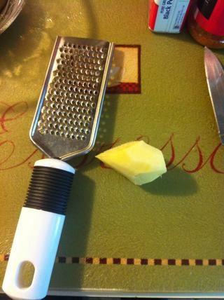 Use un Microplane para rallar 1 cucharadita de raíz de jengibre fresco