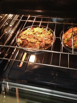 Hornee en 450 para 12-18mins o hasta que se hace. Saque la pizza y dejar que se enfríe durante 5 minutos.