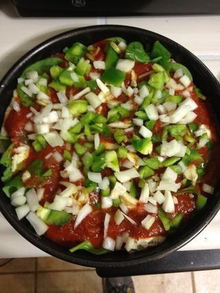 Añadir los pimientos y las cebollas