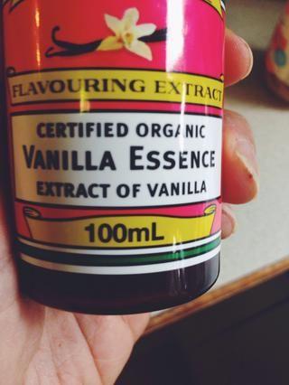 Obtener un recipiente aparte para los ingredientes húmedos. Añadir las dos cucharaditas de extracto de vainilla a la nueva taza.